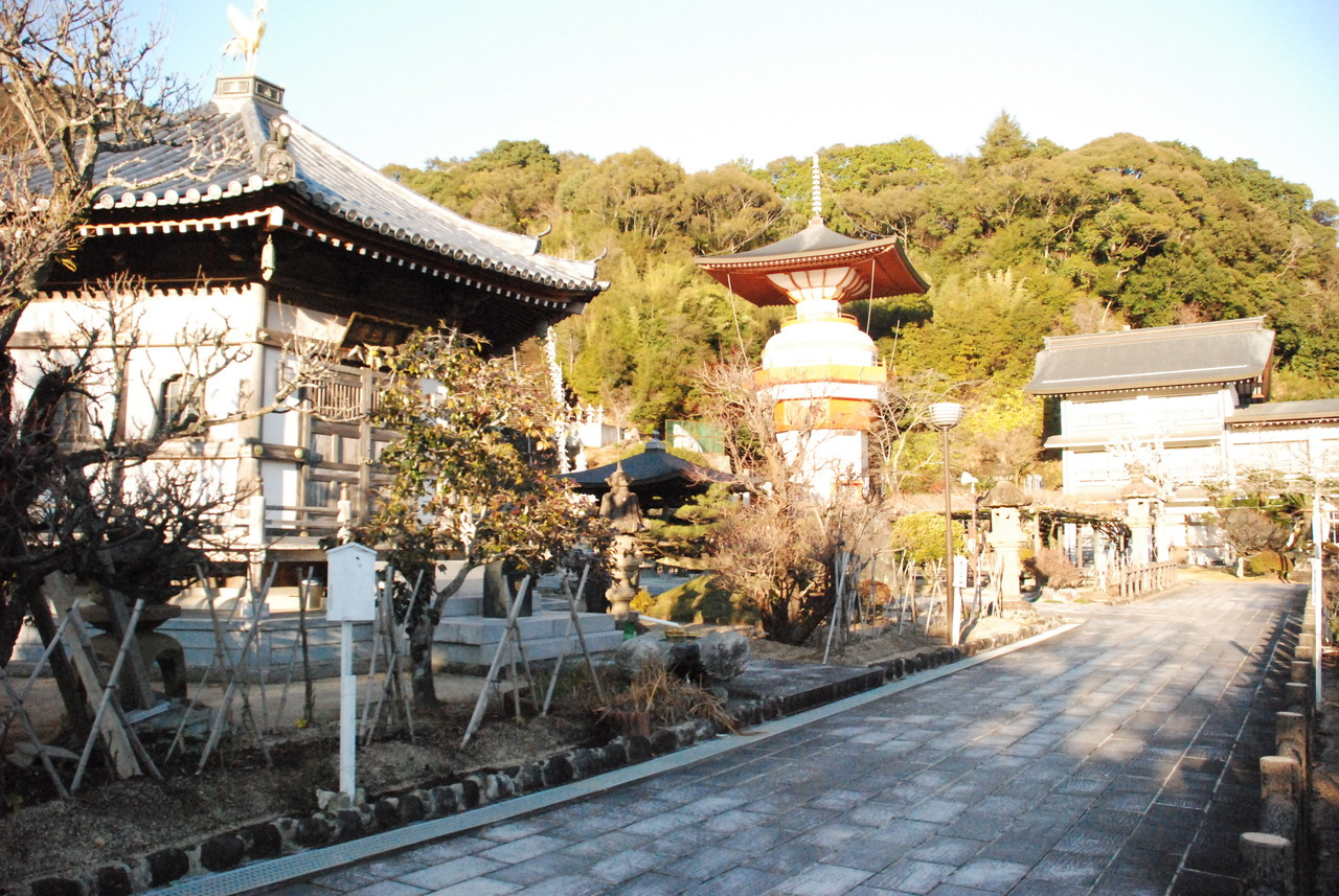 華厳宗正観寺 八大地獄 (1) こちらが正観寺。 少し山へ入ったところにあるお寺。 こうして見る
