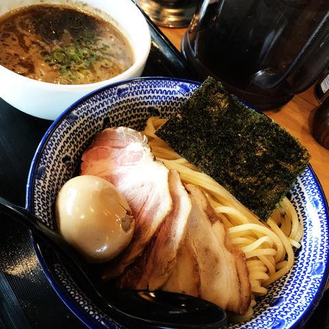 椎茸風味の和風だし(スープ割り)が逸品、麺やまださんのつけ麺