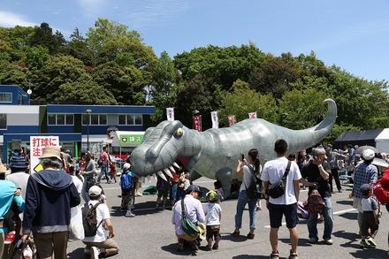 170505 vs日ハム 球場前の恐竜