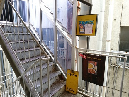 下北沢 moona 4F階段