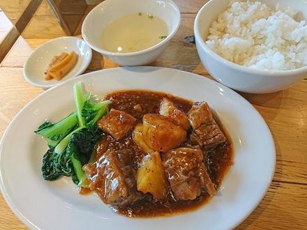 中野 威南記 海南鶏飯 牛肉の黒胡椒煮込み 01