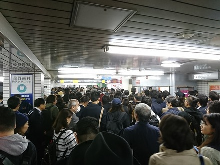 171019 田園都市線運転見合わせ中の駒沢大学駅改札