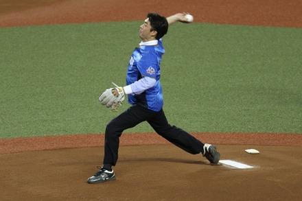 180801 vsソフトバンク 始球式 高知県知事