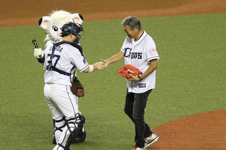 171002 vs楽天 小倉智昭 始球式03
