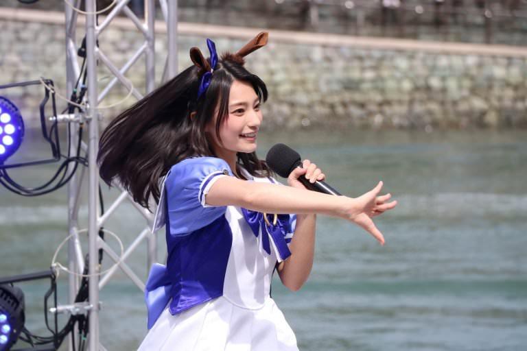 高野麻里佳さんのショートパンツ姿