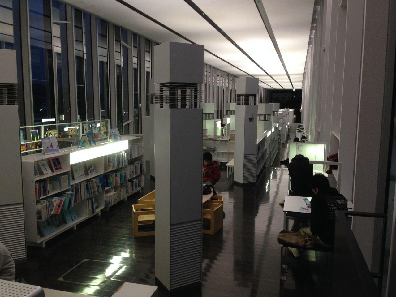 図書館 茅野 市 青い表紙の本がズラリ…茅野市民館図書室について図書館員が感じたこと