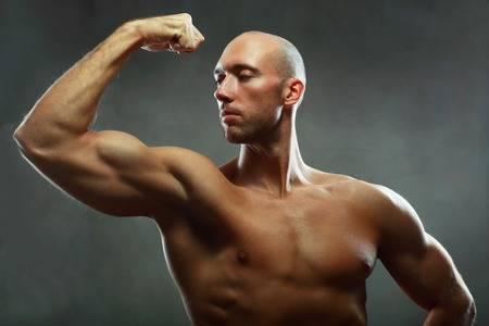 82005147-彼の上腕二頭筋を見せポーズ筋肉男