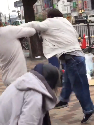【衝撃】新宿で起きたおっさん同士の殴り合いガチ喧嘩wwwwwwwwwwwww