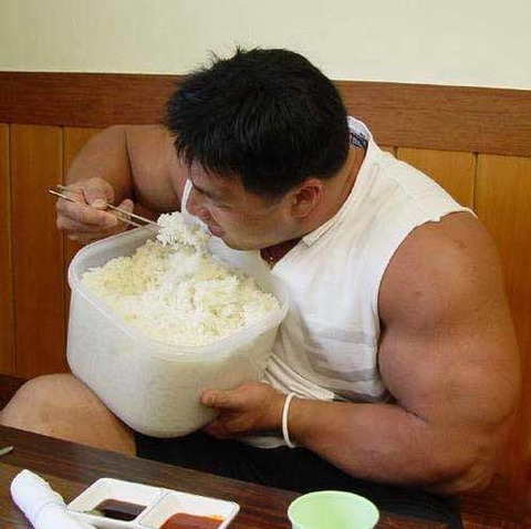 bodybuilder-eating-rice
