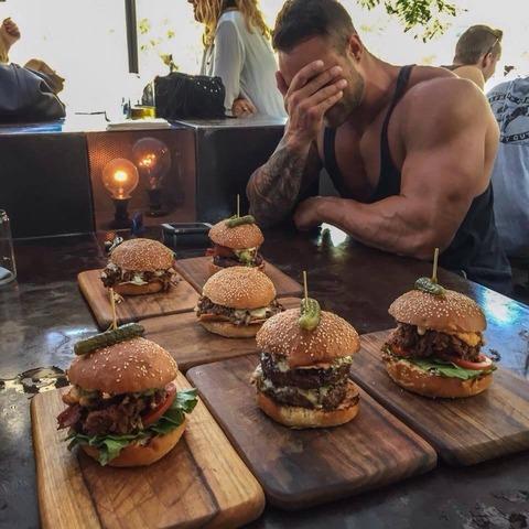 bodybuildercheatmeal_eating