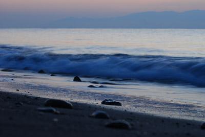 朝陽をまつ浜辺