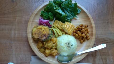 丁寧に作られた料理を食べること。