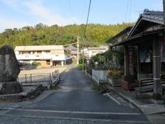 3御井寺P参道と裏山