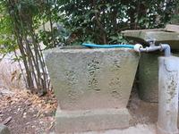 4稲元旧拝殿跡前手水石左