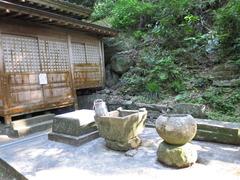 2鎮国寺奥の院不動堂と水場
