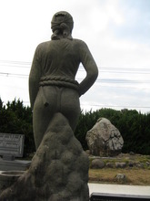 鐘崎海女石像前の沈鐘石