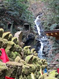 13石仏と滝