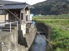 3昼掛地蔵石段と小川