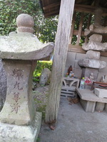 御井寺蝉丸塔と尊前燈籠