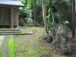 6古屋敷薬師堂と珪化木