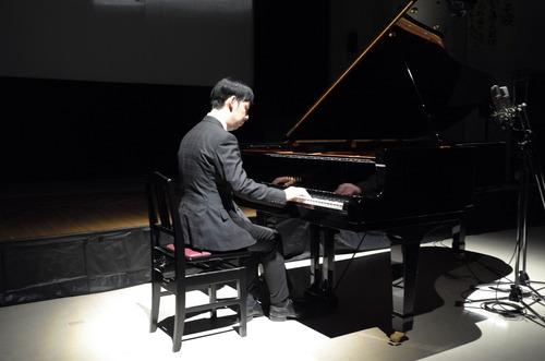 ピアニスト武内俊之先生、〈世界のトヨタ〉音響設計家豊田泰久氏を歓待するピアノ曲を演奏!