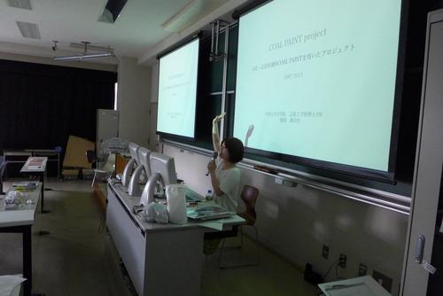 学部「芸術文化環境論」はゲストシリーズ開催。最初は、アートによる産炭地矜持の再生を創発する國盛麻衣佳さん登場!