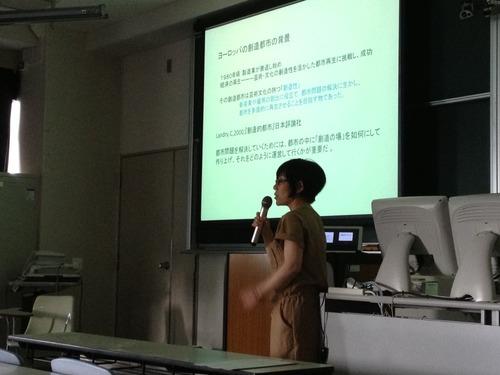 2013年6年24日(月)5時限「芸術文化環境論」のゲスト講師は馬麗那さん。日本と中国の創造都市についての興味深いお話をしていただきました!