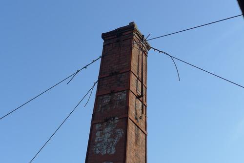 国登録有形文化財菊の城本舗の赤煉瓦煙突が熊本地震本震で被災、倒壊の危機的状況を菊池たてもの応援団が救出しています!