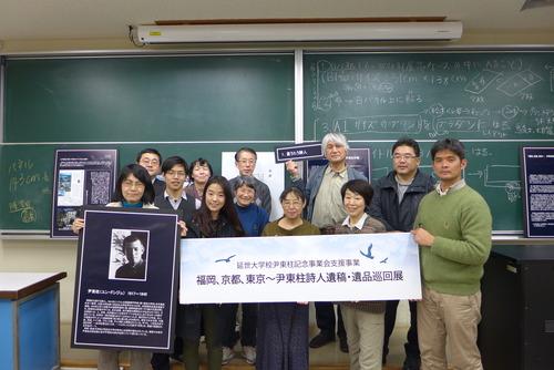 「尹東柱の詩を読み継ぐ2015展示会」に向けパネル作成!張榮珉さんも張慶彬さんも柯勝しょうさんも吉峰くんも馬男木さんも中村さんも古賀さんも大奮闘!