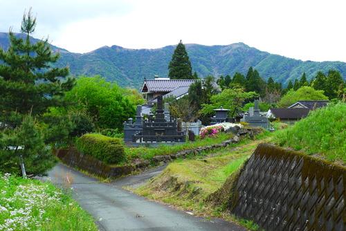 ひさかたぶりに阿蘇藤原氏の墓所へ。2016年熊本地震・大水害の惨禍からいまだ残される風景。