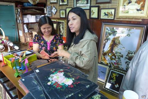 Minh Hanh女史と歩く〜蚕糸の名産地だから蛾や蝶々の姿も文化資源としてアートへ転生!