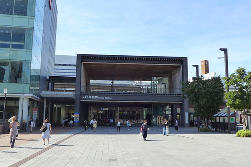 JR姫路城駅前広場は国宝・世界遺産の姫路城へつながる南雲勝志さんデザインによるプロムナード。