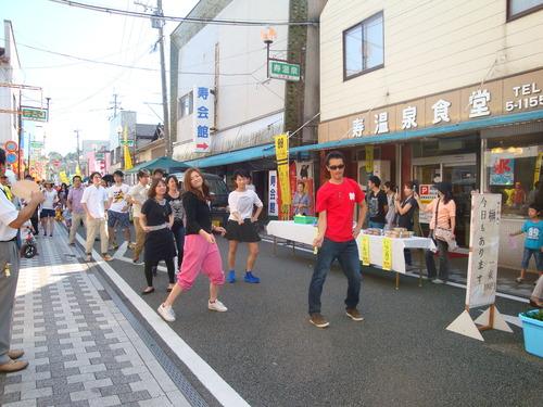 研究室メンバーが後ろで踊ってます。動画付at湯ったり軽トラ朝市 9月22日