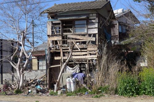 路上で見たA市郊外の荒々しい家