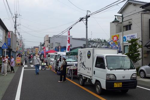 これが、かの有名な宮崎県川南町の日本一「トロントロン軽トラック朝市」です!