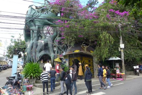 Minh Hanh女史と歩く〜花のまちと賞賛されるDa Latの市街地の不思議な建築「Crazy House」