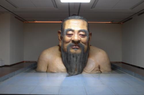 『魔都の鼓動』熊本市現代美術館にて幻視した巨大な孔子様は浮沈する世相での評判や評価にお疲れの模様でした!