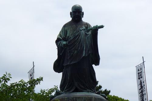 巨大な都市遺産の再発見!中世博多を鎮護した日蓮聖人の屹立する銅像!
