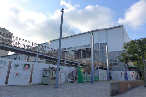 国指定重要文化財門司港駅舎の文化財修理工事現場がアートで覆われている!