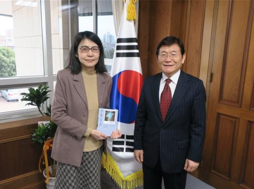 2月1日「尹東主詩を読む会」の馬男木美喜子代表、孫鍾植総領事を訪問面談されました!