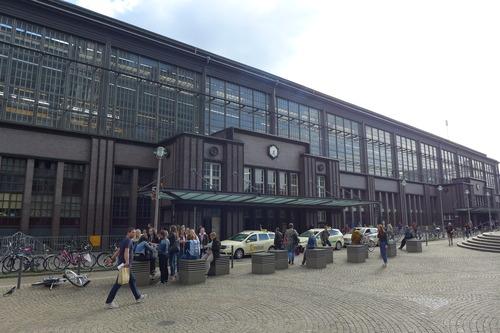 ふ印ボスのドイツまち歩き便り 入出境の国境駅だったフリードリッヒシュトラーセ駅前にある施設!