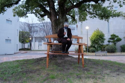 玉楠樹下問答会の際に藍蟹堂藤原惠洋先生が座っていた巨大な鳥瞰ベンチは木工家西岡泰心さん手作りによるもの、で藤原先生椅子コレクションのひとつ。ご自宅で触ることができます!!
