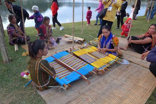 ベトナム中央高原地のDa Lat市スンフーン湖畔に設けられた少数民族屋敷地において仲間契りを結ぶ親睦交流儀式に参加!