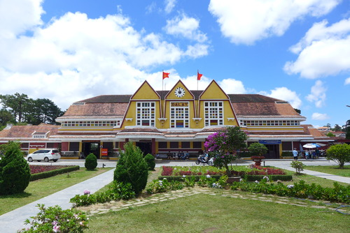Minh Hanh女史と歩く〜花のまちと賞賛されるDa Latの市街地の素晴らしい1932年竣工駅舎建築「Ga Da Lat」