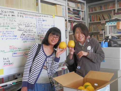 天草の湯貫秋男さんから「あまくさ晩柑ジューシーオレンジ」をひと箱いただきました!!。2015.5.1