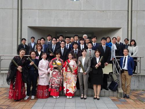 九州大学大学院芸術工学府修了式!環境・遺産デザインコースの修了生諸君と記念写真!!