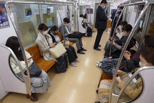 東京のある地下鉄での光景!一人残らず誰もがスマフォな人生を・・・・ミヒャエル・エンデ『MOMO』ならどう思う!?