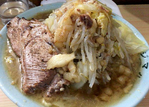富士丸梶原麺半分炙り豚ヤサイチョイマシ