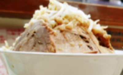 彼氏の行きつけのラーメン屋で食べきれない量と言われてるのに「プレミアム全部のせ大盛りチャーシュー麺」を頼んで、ほとんど残した彼女