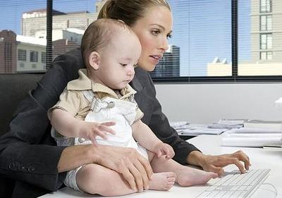 「子連れ出勤」政府後押しへ モデル事業の補助率アップ